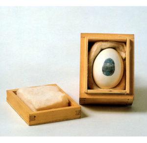 Uovo con impronta n.14. Uovo, inchiostro, ovatta, legno. Performance Consumazione dell'arte dinamica del pubblico divorare l'arte. 1960