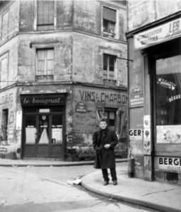 Alberto Giacometti in rue Hippolyte-Maindron nel 1958. Photo Robert Doisneau.
