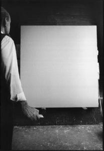 Sequenza fotografica di Ugo Mulas nello studio dell'artista - 1964.
