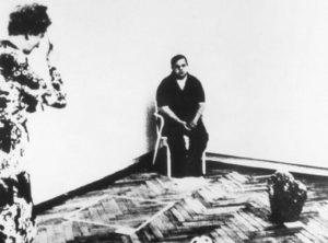 (Foto ricordo) Seconda soluzione d'immortalità (L'universo è immobile) di Gino De Dominicis, 1972. L'unico scatto del fotografo Ennio Antonangeli.